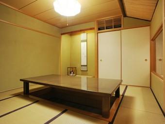 檜の一枚板を使ったカウンターに加えて、個室も完備しています