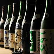 日本酒は90種類にも及び、幅広いラインで取り揃えられています。『おまかせ三種飲み比べ』や『三種飲み比べセット』で日本酒の美味しさを追求してみては。燻製料理と合わせて堪能できます。