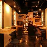 気軽に日本酒を楽しめ、カウンター席や小高い腰かけが用意された店内は、スタイリッシュでオシャレな空間。居心地の良い適度な距離感で、隣の席の方と会話が弾みそうです。