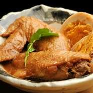 国産鶏の大振りの手羽先を自家製蜂蜜味噌で煮込まれた逸品です。 ヘルシーな蜂蜜と味噌がとけ合い、辛くなり過ぎないのでお酒のお供にも最適。 いい照りがさらに食欲をそそります。