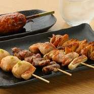 芝浦直送の鶏肉に炭火焼のおすすめ5種が盛り合わせで楽しめる逸品です。なかでも、つくねは軟骨やとろろなども入っていて、コリコリでふわふわの食感が両立した、人気の一品です。