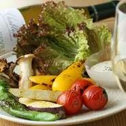 築地直送の野菜を炭火焼で仕上げた一皿。旬のものが5種入って、ヘルシーでおいしいメニューです。