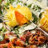 和風のシーザーサラダ。卵は、天ぷらにしてあり半熟になっており、野菜とまぜていただきます。クルトンのかわりに天かすを使っているので、さくさくです。