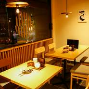 新宿駅近の大人の隠れ家。和がモチーフの店内、カップルのプライベートタイムにおすすめの2名席が充実しています。また、2~10名用の個室もあり、仲のいい仲間での宴会や接待にも魅力のお店です。