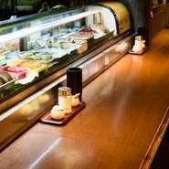 魚介が並ぶショーケースや生け簀を眺められるカウンター席。料理人の手さばきも見ることができライブ感が満載です。一人でも気軽に立ち寄って、いきいきとしたオープンキッチンを楽しんでみては。