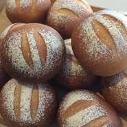 料理に添えられるパンは、もっちり、しっとりしたパンができる超強力小麦「ゆめちから」を使用。十勝産全粒粉も混ぜた自家製のパンです。噛みしめるたびに伝わる、小麦のしっかりとした風味が魅力です。