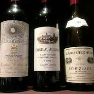 約250種類もの厳選ワイン。どの料理に合わせるのか迷った時は、気軽に相談できるのも嬉しいところ。デザートと共に楽しむ食後酒も用意されています。料理に合わせたワインのペアリングコースもおすすめ。