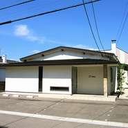 シンプルな外観が目を引く一軒家のレストラン【L'oiseau par Matsunaga】。扉を開けると、洗練された大人のくつろぎ空間が出迎えてくれます。函館観光の最後を彩るお食事にいかがでしょう。