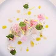 厳選された京都の抹茶と、北海道の牛乳や生クリーム・バターを惜しみなく使った一皿。 抹茶の香りや苦味が、さらに美味しさを引き立てます。 ※コースの一例。