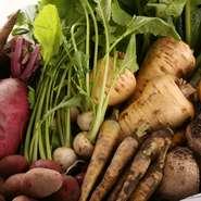 農家の方がこだわりやプライドを持って栽培する野菜は美味しいもの。フランス料理は魅せる料理、野菜の彩りや美味しさを前面に出す一皿を心がけている為、野菜は厳選素材のみ仕入れています。