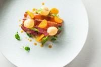 『シャラン産鴨胸肉のエギュイエット 柑橘風味のメープルシロップのラケ モモ肉のキャベツ包みとみかん』