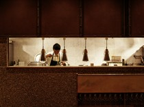落ち着いた空間でありながら、セミオープンキッチンのライブ感も