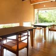 木材の柔らかさに包まれる店内は、吉岡さん自身が考えたデザイン。快適な食事の時間と空間を楽しめることには定評がありますが、美しさだけではなく、料理人の視点から合理的に設計されたこの空間があってこそ。
