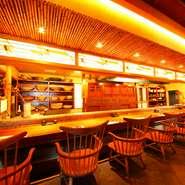 ひじ掛けのついた椅子で、ゆったり座れるカウンター席。会社帰りの一人飲みや、恋人とのデートにも最適です。和歌山の地酒をはじめ、種類豊富なお酒を愉しみながら新鮮な魚料理が堪能することができます。