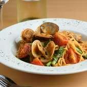 アサリの旨みとトマトの酸味が絡み合う、手打ちの『ボンゴレロッソ』
