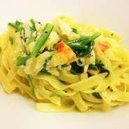 タラバ蟹と大和菊菜のカルボナーラソース和えタリアテッレ カニ玉風