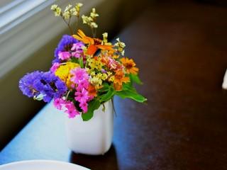 お庭にお花の咲く季節になればお花も飾っています