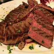 黒毛アンガス牛のTボーンステーキが食べられる忘年会特別プランをご用意しております!生ハムなどが入った前菜盛り合わせやNIDO名物のラザニアなどが入ったコースがお一人様4000円です!