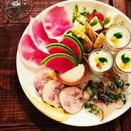 切り立てのパルマ産生ハムや季節のお野菜料理など、その日のおすすめの前菜をバランス良く盛り合わせた一皿。