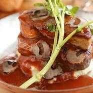 マッシュポテトにフィレ肉をのせ、一番上にフォアグラがのった贅沢な逸品。やわらかい肉質のフィレ肉を130グラム使用しているので、食べ応え抜群です。