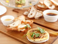 甘酸っぱいレーズンのパンには「フォアグラのムースにレーズンのパン」、 その他のパンには「マグロとアボカドのタルタル」、「焼きカマンベールをはちみつ添え」、「イベリコ豚のリエット」を好みで。