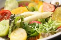 """京都にある自家農園""""牛達ファーム""""から、有機無農薬の京野菜を仕入れ。農園の方々が子供のように愛情を込めた新鮮野菜に白ワインビネガーを使用した絶品ハニーマスタードドレッシングを和えました。"""