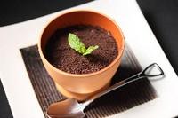 さっぱりとしたアールグレー紅茶の香りが広がるなめらかプリンにマスカルポーネソースが味に深みを与えます。焼肉を食べた後でもさっぱりと濃厚なデザートをと追及して完成した自信作です。
