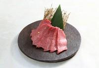 鹿児島県産A5ランクの最高級ミスジを使用。お好みの状態まで両面をさっと炙り、わさびを巻いて特製ダレをつけます。素材本来の旨味を味わえます。