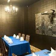 周囲を気にすることなく過ごせる個室で、極上の熟成肉とワインを味わう優雅なひととき。大切なゲストを招いて食事すれば、豪華な食材と洗練された雰囲気で、相手に大事な存在だということが伝わるはず。