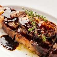 熟成させることで、赤身肉の旨みを最大限に引き出し、柔らかくジューシーな口当たりに。リブアイはより肉々しい味わいで、自家製の赤ワインソースとともにフォアグラと一緒に味わいます。