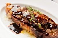 赤身と脂身のバランスが絶妙『熟成リブアイ&フォアグラのステーキ』