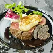 前菜からデザートまで、一皿ごとにコンセプトを持った料理を提供。特にシーフードは自社輸入のフレッシュムール貝やタスマニアサーモンを使っています。メインのステーキまで食欲をピークに保つ料理内容です。