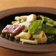 油通しした旬の野菜を炒めた見た目にも鮮やかなひと皿で、ダシの味付けの中にも野菜の味わいや香り、食感がビビッドに広がります。素揚げした生麩とよもぎ麩の食感も面白い。