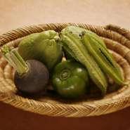 野菜は築地へと足を運んで仕入れるのはもちろん、広島県の農家が栽培する無農薬野菜も使っています。無農薬野菜は届くまで何が来るか分からないのも面白い点。その旬の味を中国料理へと落とし込んでいきます。