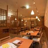 ゆったりと料理とお酒が楽しめる、落ち着いたモダンな空間