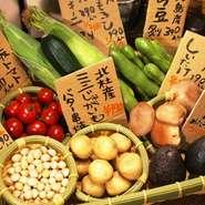 当店では県産の無農薬野菜を、その季節の旬に合わせて仕入れております。体に優しい新鮮野菜を直接お客様のテーブルまでお持ちして、お好きな食材を選んで頂いたものを調理してご提供致します!