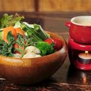 契約農家さんからいただく新鮮な季節の無農薬のお野菜をメインとした7種類以上のお野菜を、独自調理で72時間発酵熟成させたオリジナルベジソースでお召し上がり頂くバーニャカウダです。