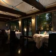 青山の閑静な住宅街に広がる約300坪の敷地。店内から眺めるのは100年以上に渡りこの土地を見守り続けてきた楠の立つ庭園です。四季折々の草木が彩る景色もこのレストランのご馳走のひとつです。