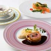 美しい白とデザインが特徴のお皿が料理を引き立てる