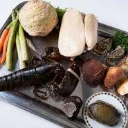 大間産の黒アワビは極上の素材のひとつです。一般的に大間産の黒アワビは干しアワビ用に中国へ輸出されますが、現地の漁協より産直で届きます。他ではなかなか味わうことができないその味をお楽しみ下さい。