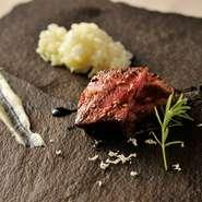 お任せコースは2種類あり、私が担当しております。石垣島のプレミアム牛「美崎牛」など見極めた食材をつかい、その瞬間にしか味わえない洗練された料理を提供。旬の食材をつかったメニューを堪能していただけます。