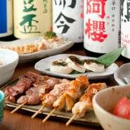 鶏肉以外にも、お酒や野菜にもこだわりが感じられる【炭火焼鶏ことり】。テーブルには、黒七味、ゆず一味、山椒などの薬味が備え付けられており、やきとりや逸品料理の味わいを引き立てます。