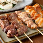 実際に試食をしながら最適な鶏肉を厳選しています。そのため当店の鶏肉は、レバーは「水郷赤鶏」、はつや砂肝は「地養鶏」など、産地は様々。黒七味、ゆず一味、山椒などの薬味にもこだわっています。
