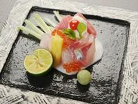 新鮮な魚介類、まぐろ・しまあじ・たい・いくらに加え、柔らかな黄ニラも美味。京蕪をカナッペに見立てた、店主の遊び心が光ります。