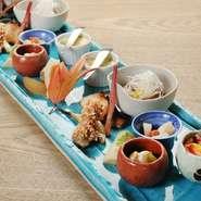 日本の風習や行事など、月替わりのテーマに沿ってつくられます。旬の食材にこだわり、海の幸・山の幸を使った酒肴を堪能。