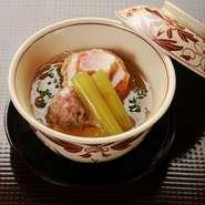 旨味たっぷりの、九条葱のひろうす(がんもどき)と合鴨つみれ。出汁が効いたフカヒレ餡は、滑らかな舌触りを生み出しています。