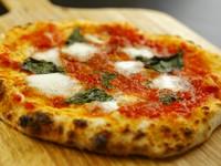 小麦粉から厳選したこだわりのもちもち生地にイタリア直輸入の最高級水牛モッツァレラを使用した『マルゲリータ』は絶品。店に来たら必ず食べたいメニューです。