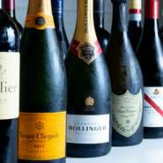 フランス、イタリア、スペイン、アメリカ、オーストラリアのワイン等、種類豊富な品揃えです。柔らかな肉質と脂の上質な甘みが特徴的な『高森和牛』を使った料理で、ワインとのマリアージュを愉しめます。