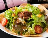 野菜のクルトンとホエー豚のベーコンが乗ったサラダです。