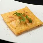 スパイシーな挽肉とパリッと揚げた皮を乗せたタコス風サラダです。
